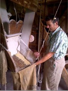 Vrijwillige molenaar Math Beeren op de Sint Jan in Stramproy
