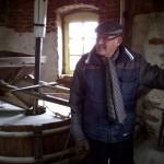 Molenaar Thei Nijs van de Sint Annamolen van Tungelroy vertelt het verhaal van de molen. Oude anekdotes en wetenswaardigheden uit vervlogen tijden.