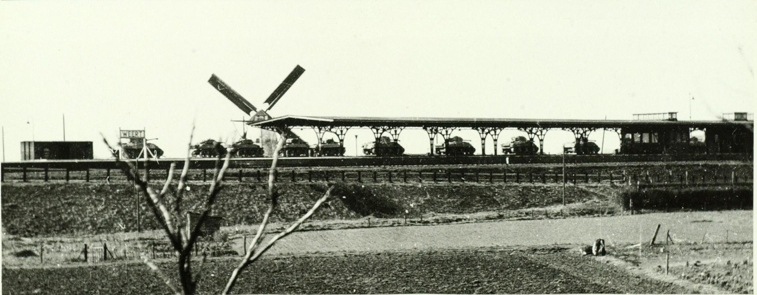 Een andere unieke foto van Weert tijdens W.O.II. Engelse tanks staan op het NS station klaar voor verder transport. Op de achtergrond de Boonesmolen