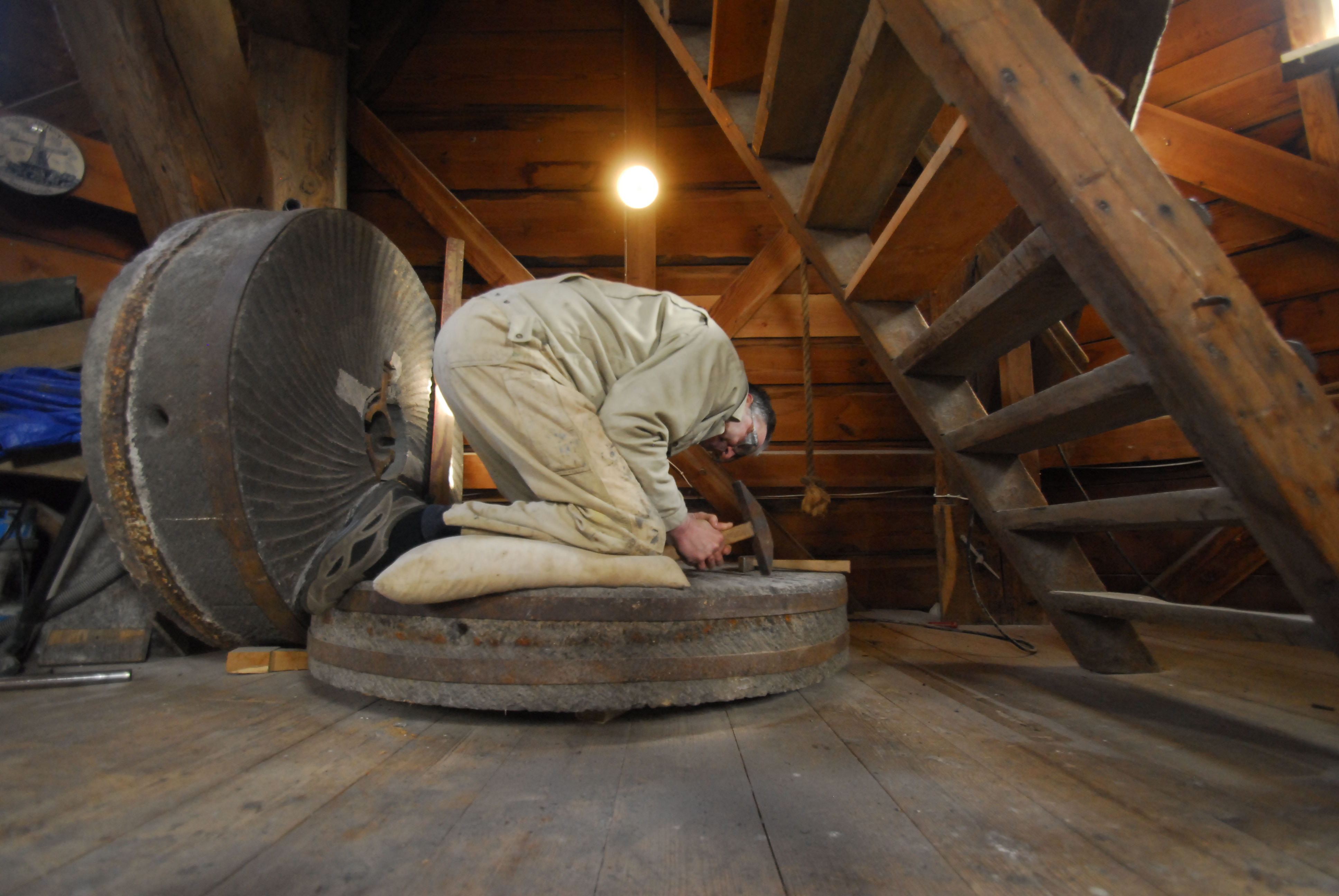 Het billen van de molensteen.