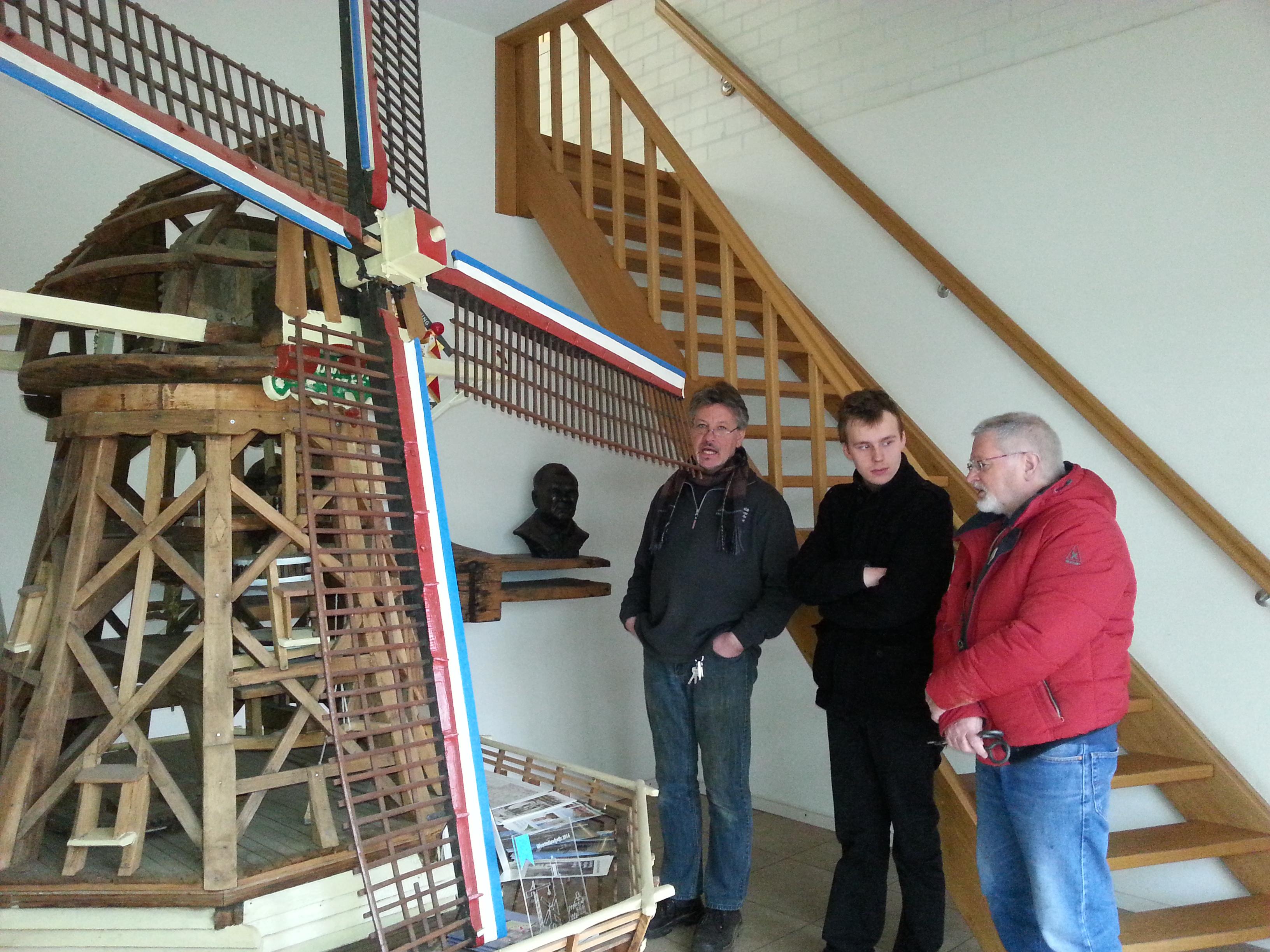 Bewondering voor het door Sjors Adriaens gebouwde model van molen De Hoop
