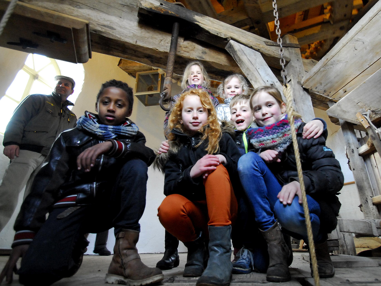 Een groep leerlingen van de basisschool op bezoek op de molen van Keent