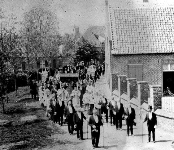 Een foto uit het begin van de vorige eeuw van een processie die over de Beekpoort trekt. In de achtergrond één van de molens (Smeets of Oda) langs de Zuid-Willemsvaart
