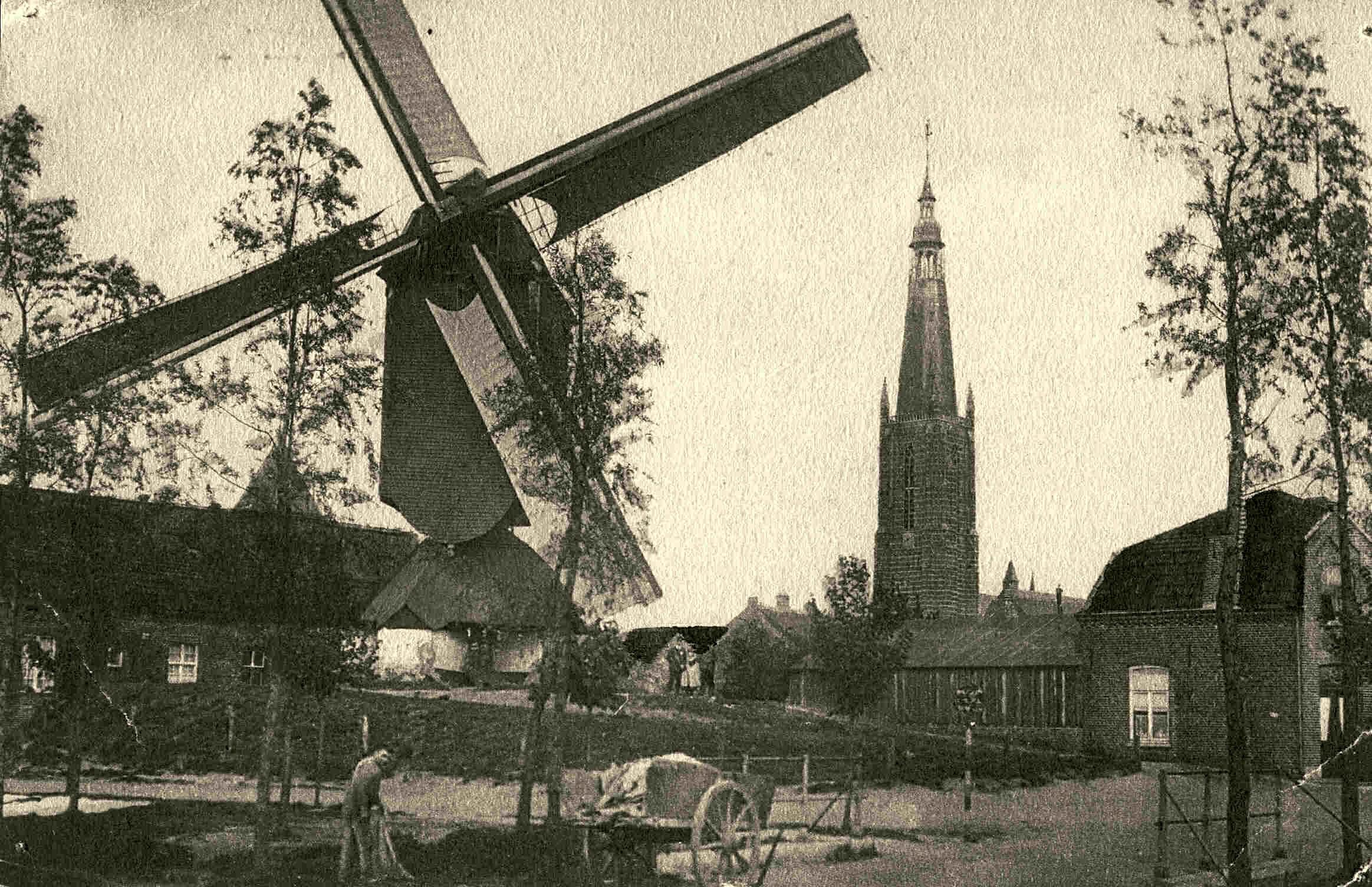 De Binnenmolen aan de Wal (huidige Wilhelminasingel) met op achtergrond de Martinuskerkoren. Ca 1910