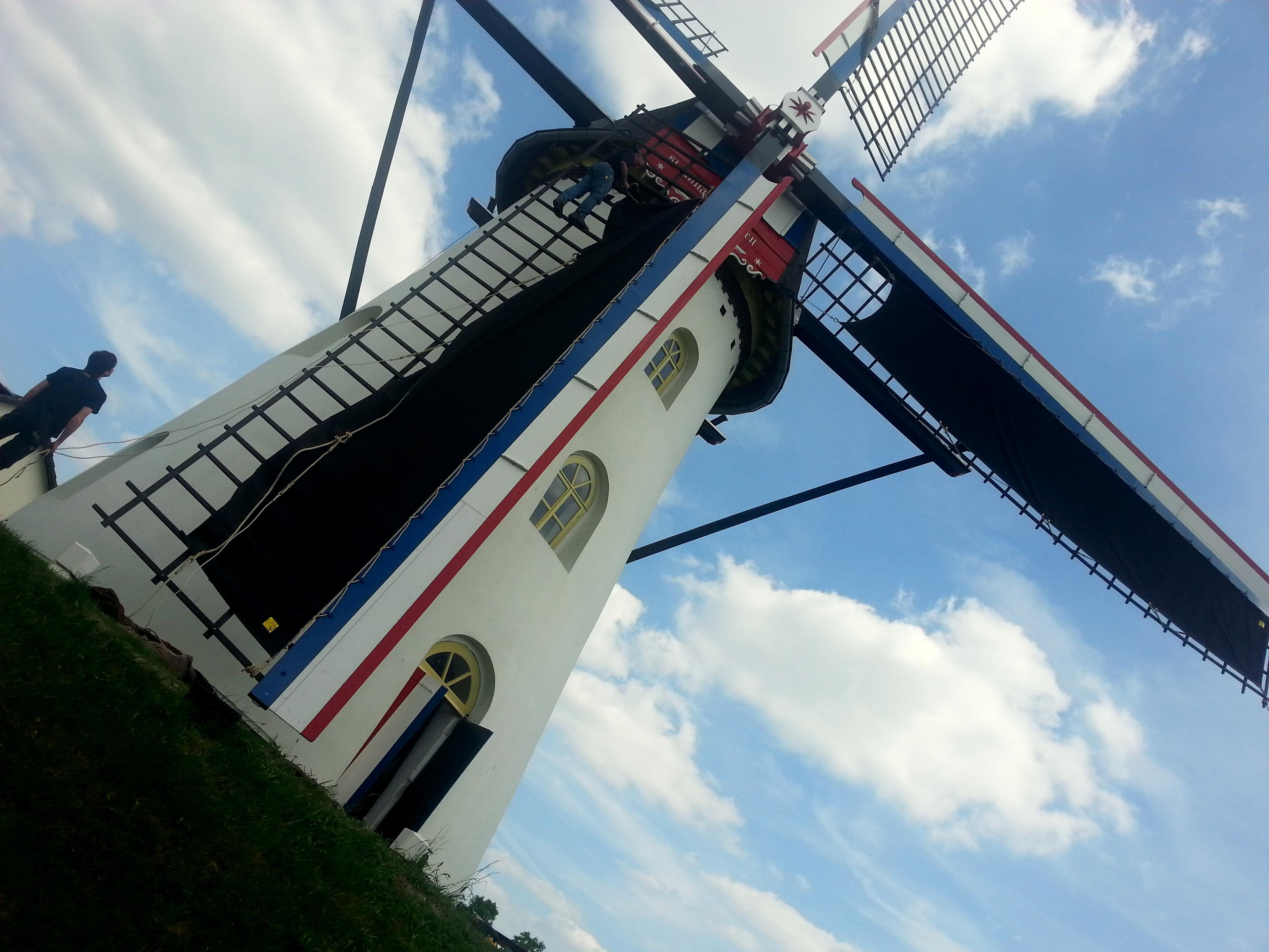 De nieuwe zeilen voor de Sint Annamolen Keent zijn gearriveerd.
