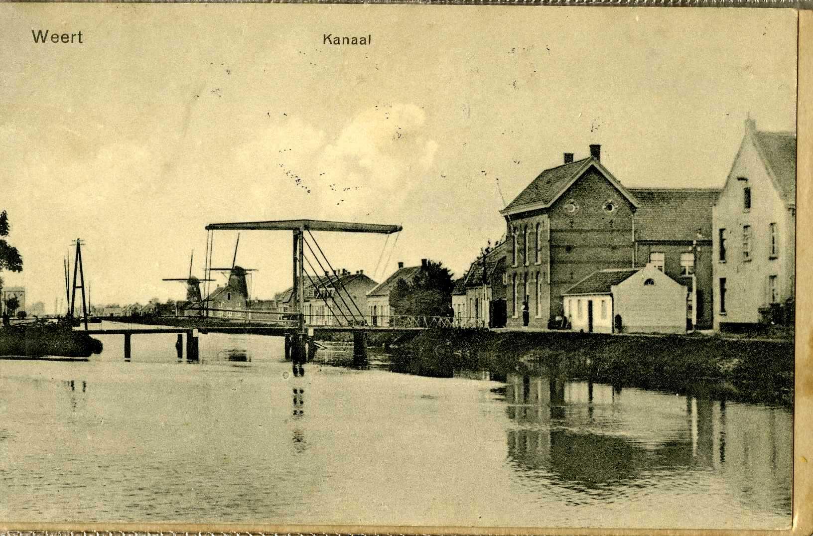 Een mooie foto met de twee Kanaalmolens. Op de voorgrond de Smeetsmolen, in 1938 gesloopt nadat de molen in 1930 de wieken verloor. Op de achtergrond (de linker molen op de foto) de huidige Sint Odamolen die nog altijd bestaat maar wel aan verval onderhevig is.