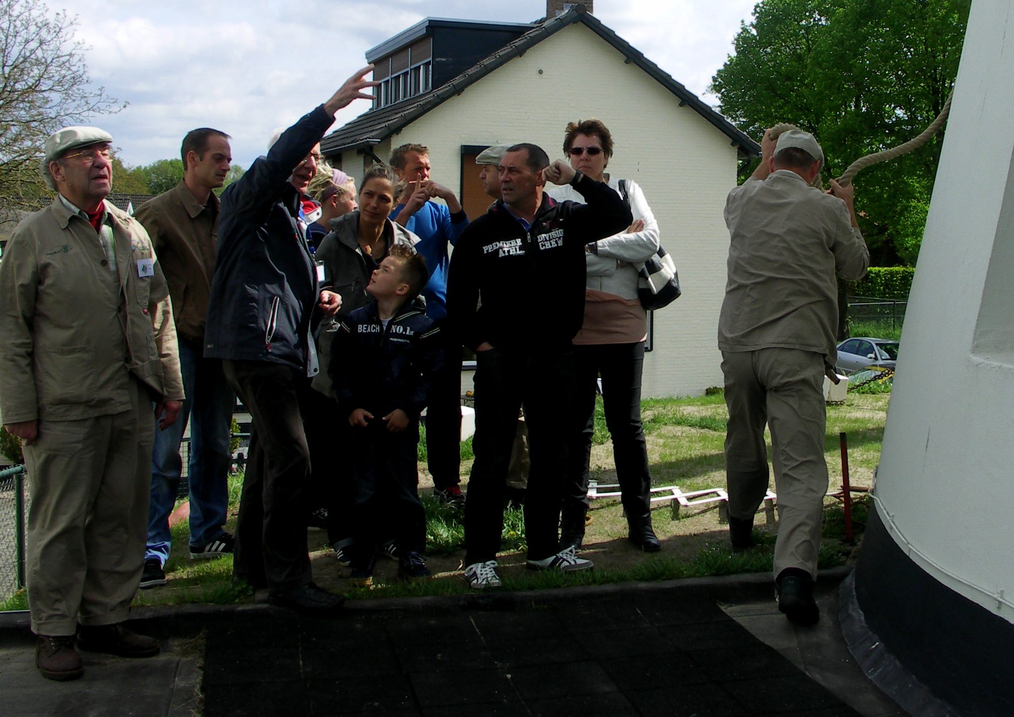 Vrijwilligers laten bezoekers de molens zien.