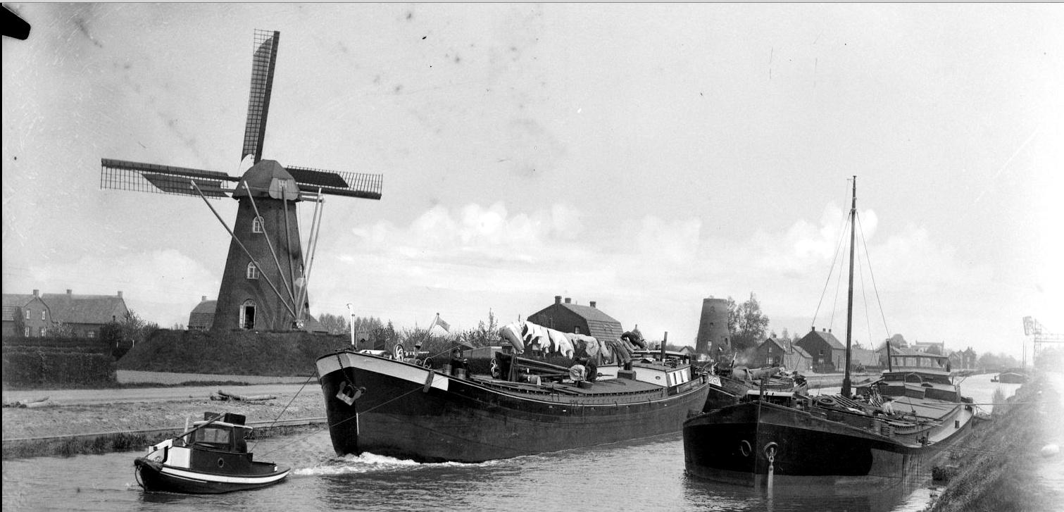 Een mooie foto van de Odamolen (voorgrond) en op de achtergrond de Smeetsmolen. De molen is ergers tussen 1930 en 1938 genomen.