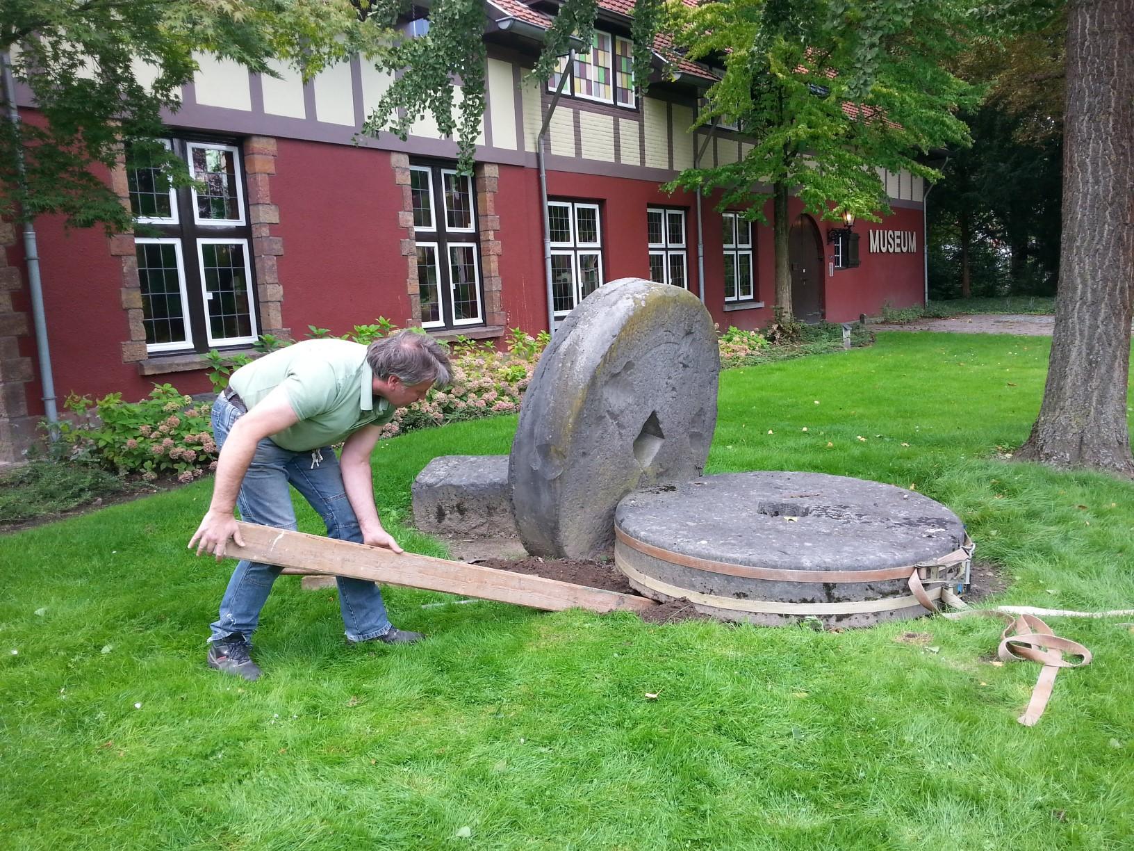 De twee stenen van de kollergang lagen bijna 40 jaar in de tuin van museum De Tiendschuur