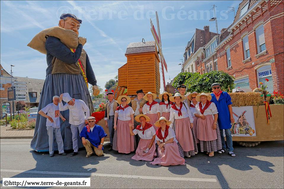 30ème fête des Marmousets 2013 met molenaarsreus en praalwagen met een molen
