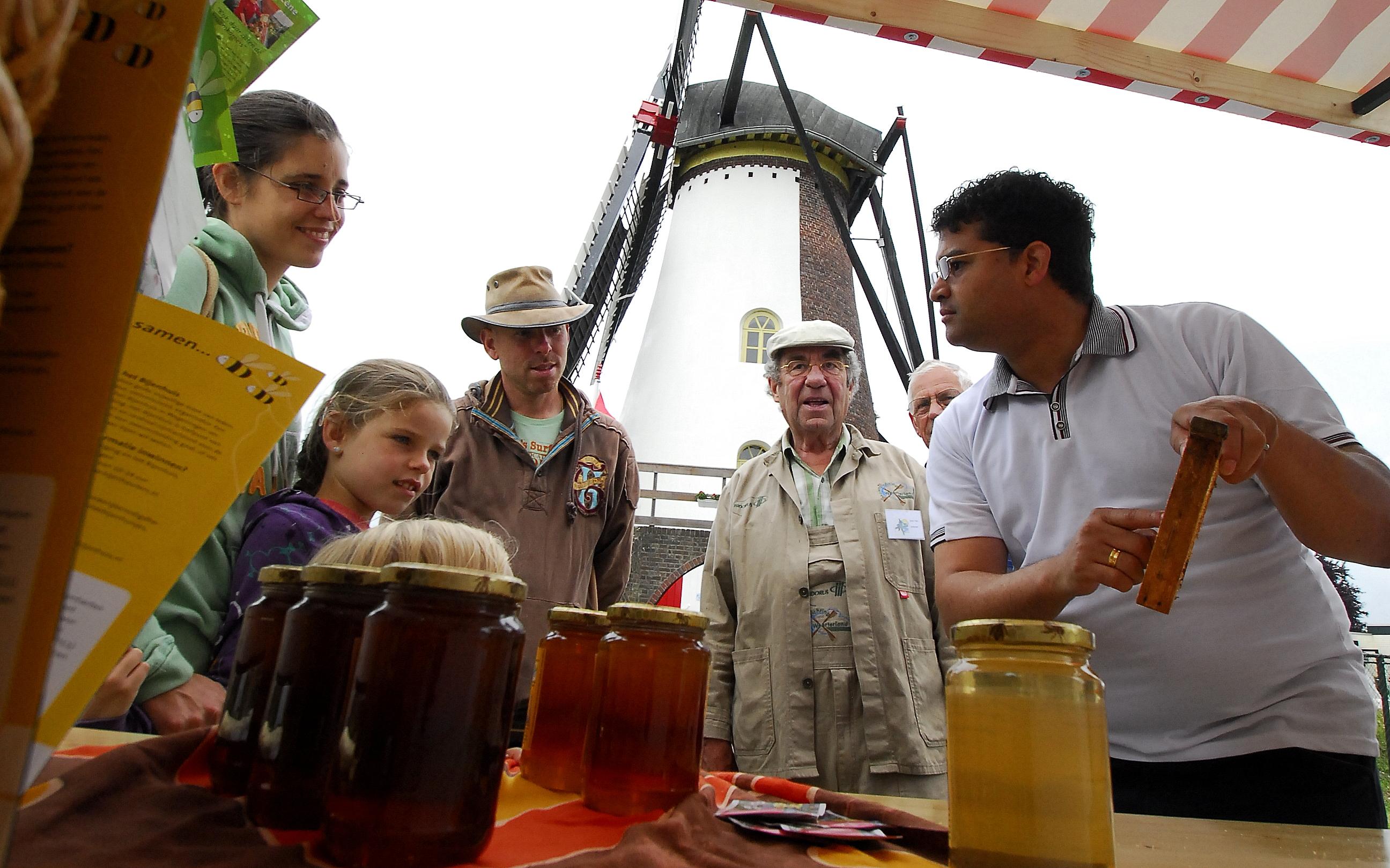 Veel belangstelling voor alle informatie over de bijen