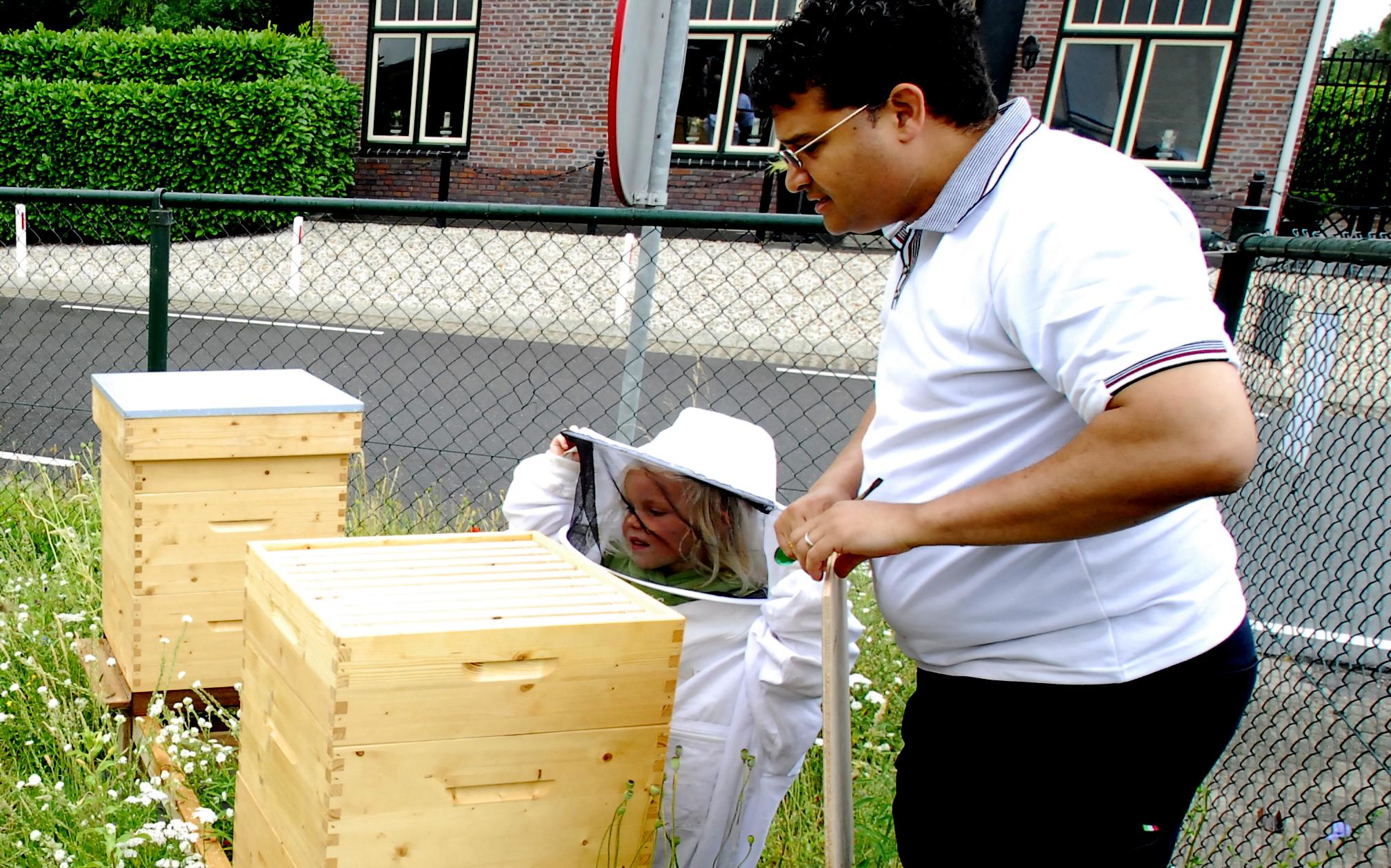 Jong en oud toonden belangstelling voor de bijenkasten