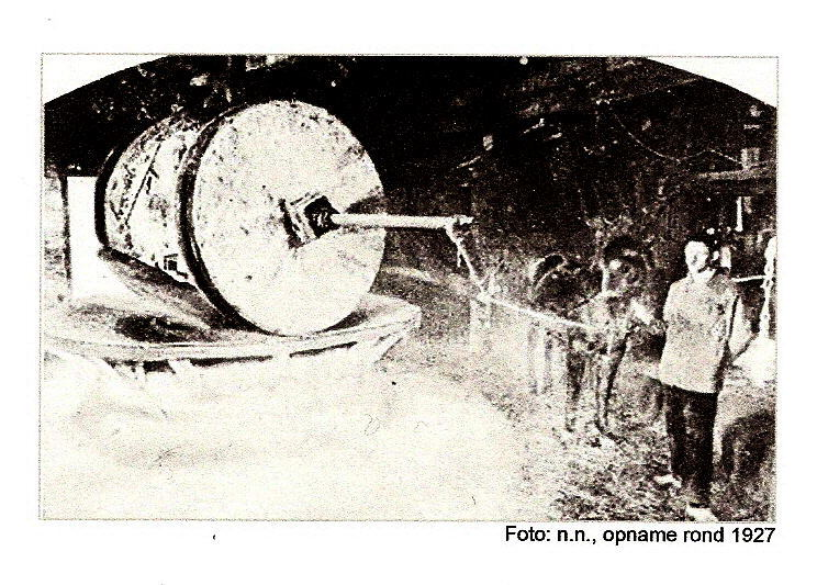 De ros-oliemolen nog volop in gebruik omstreeks 1927