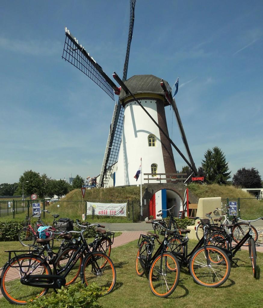 Veel fietsers stappen even voor een molenbezichtiging af.