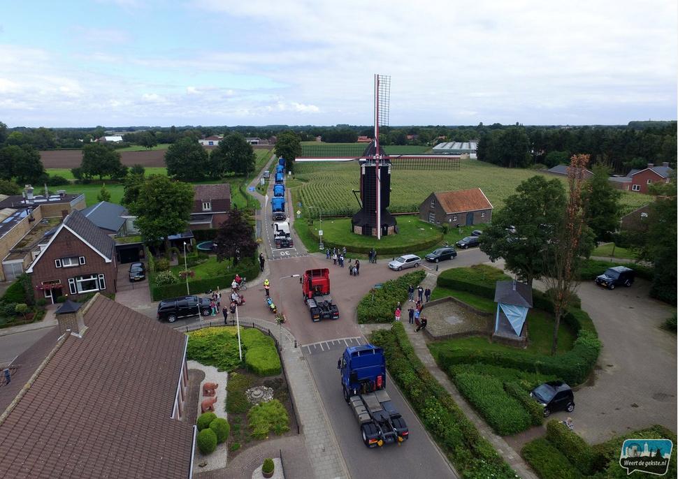 Truckrun passeert de molen in Stramproy