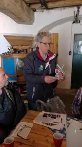 Jan Croonen toont een van de knutselmolens. Hij coördineert de knutselmiddagen.