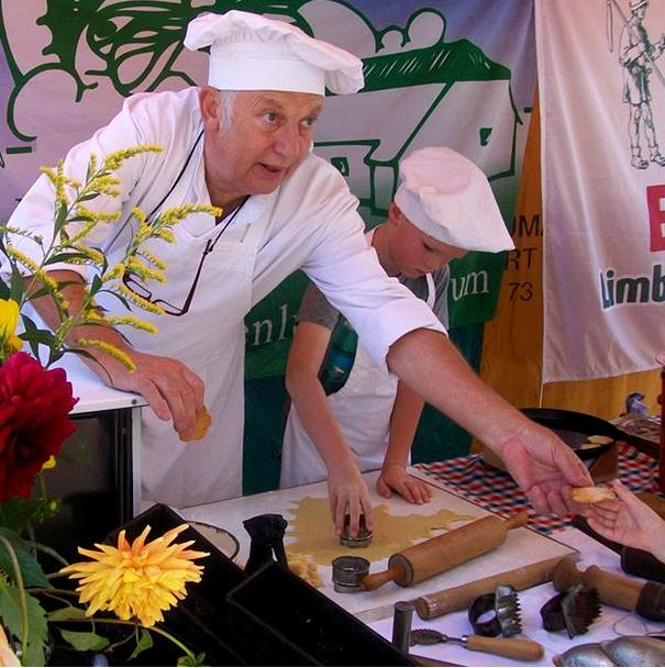 Bakker Jo Roelofsen bakt weer volop in de molen