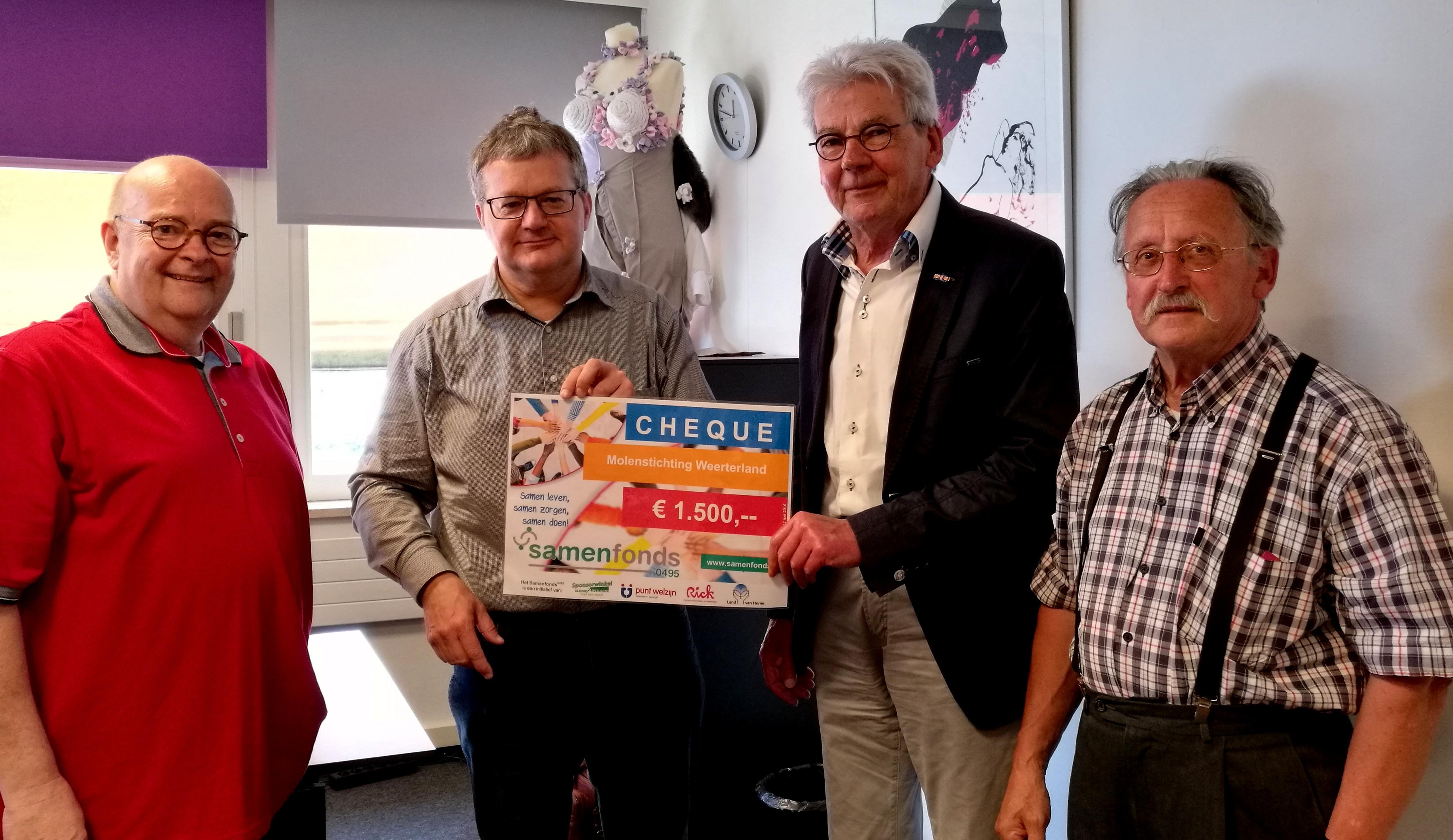 Penningmeester Frans Driessens neemt de cheque in ontvangst