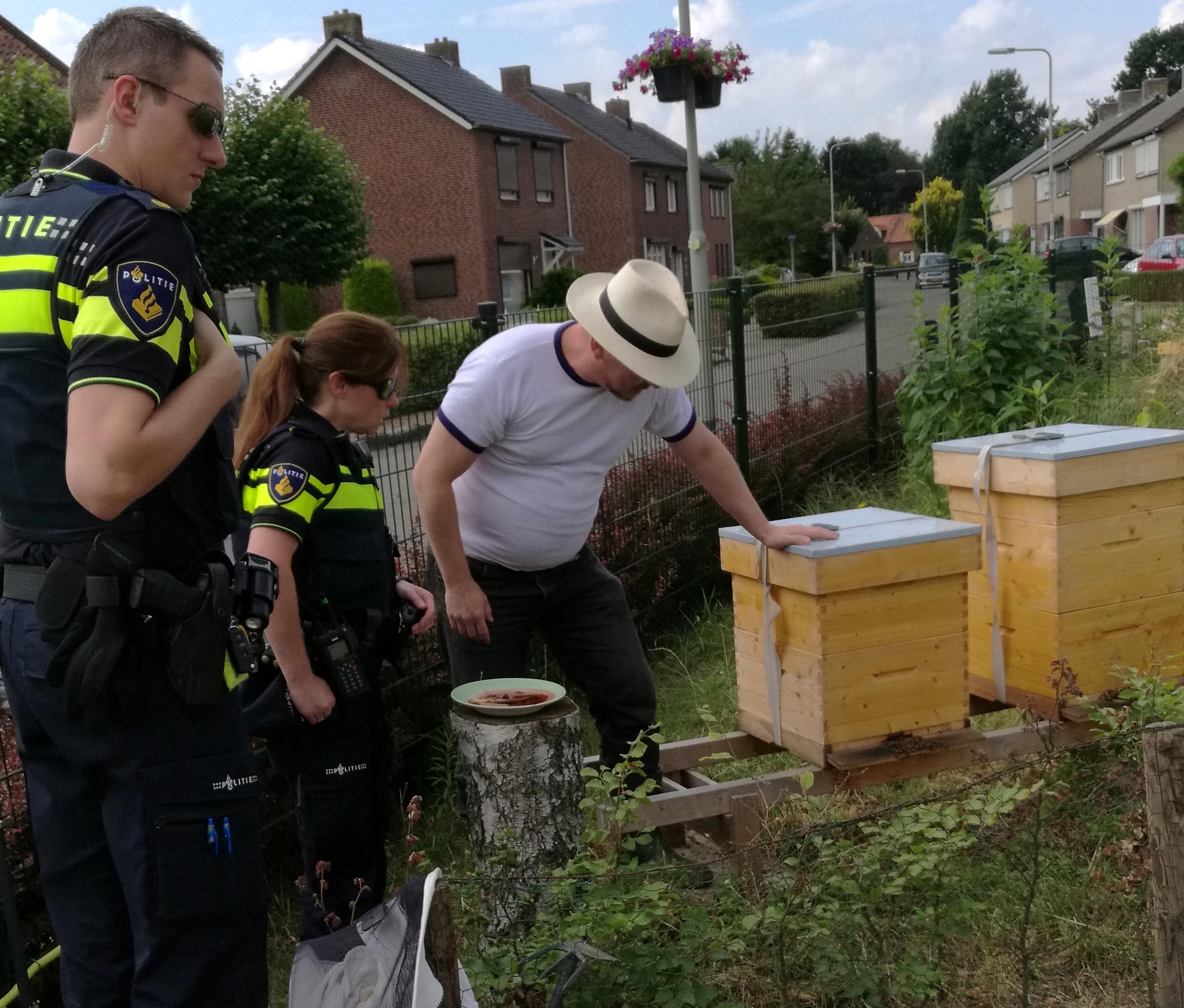 Onderzoek van de politie bij de bijen