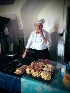 Bakker Jo Roelofsen bakt wafels en koekjes met de kinderen